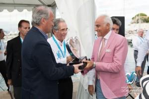 Lauréat en Concours d'élégance – Grand Prix d'Excellence pour l'Alfa Romeo 6C 1750GS Aprile remis par le Maire Jean-François Dieterich et Valy Giron