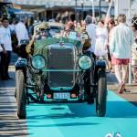 Alvis TK 12/60 TK Sport avec son équipage saluant le public à Saint-Jean-Cap-Légendes édition 2015 - Concours et Exposition de voitures de collection