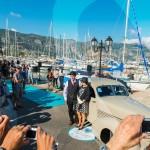 L'équipage de la Cord 812 pose devant les photographes à Saint-Jean-Cap-Légendes édition 2015 - Concours et Exposition de voitures de collection