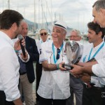 Lauréat du Concours d'état – Catégorie Vétérans pour la Mercedes-Benz 28/60 hp de 1911 remis par M. Renzini directeur du musée automobile de Monaco