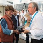 Lauréat du 1er Concours Youngtimers - Routières et Sportives remis à la Delorean DMC-12 par Valy Giron, président de la FFVE