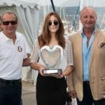 Lauréat du 1er Concours Youngtimers - Grand Tourisme remis à la Ferrari 365 GT/4 BB 1974 par Jean-François Dieterich, maire de Saint-Jean-Cap-Ferrat