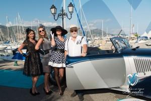 Les mannequins de l'équipage de la Lancia Astura pose à Saint-Jean-Cap-Légendes édition 2015 - Concours et Exposition de voitures de collection