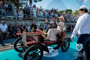 L'élégance à bord de la Peugeot Type 69 Bébé à Saint-Jean-Cap-Légendes édition 2015 - Concours et Exposition de voitures de collection