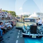 L'équipage de la Rolls Royce Silver Wraith salut le public de Saint-Jean-Cap-Légendes édition 2015 - Concours et Exposition de voitures de collection