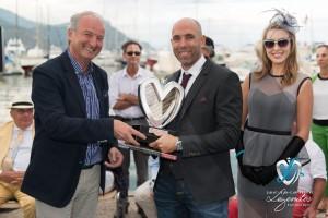 Lauréat en Concours d'état – Grand Prix d'Excellence - la Mercedes 280 SL Pagode remis par M. le Maire de Saint-Jean-Cap-Ferrat Jean-François Dieterich