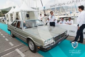 Maserati Quattroporte de 1980 défile devant le public et le duo d'Artcurial Matthieu Lamoure et Pierre Novikoff  à Saint-Jean-Cap-Légendes édition 2015