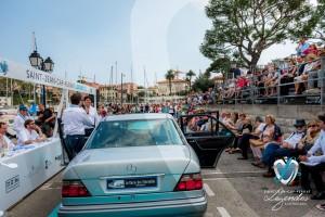 la présentation de la Mercedes 500E commentée par le duo Matthieu Lamoure et Pierre Novikoff pendant le concours Youngtimers